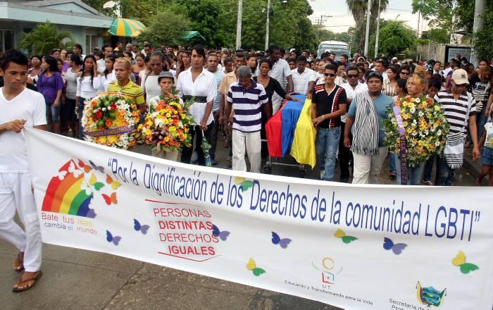 Texto de pancarta: Por la dignificación de los Derechos de la comunidad LGBTI. Personas distintas, derechos iguales.